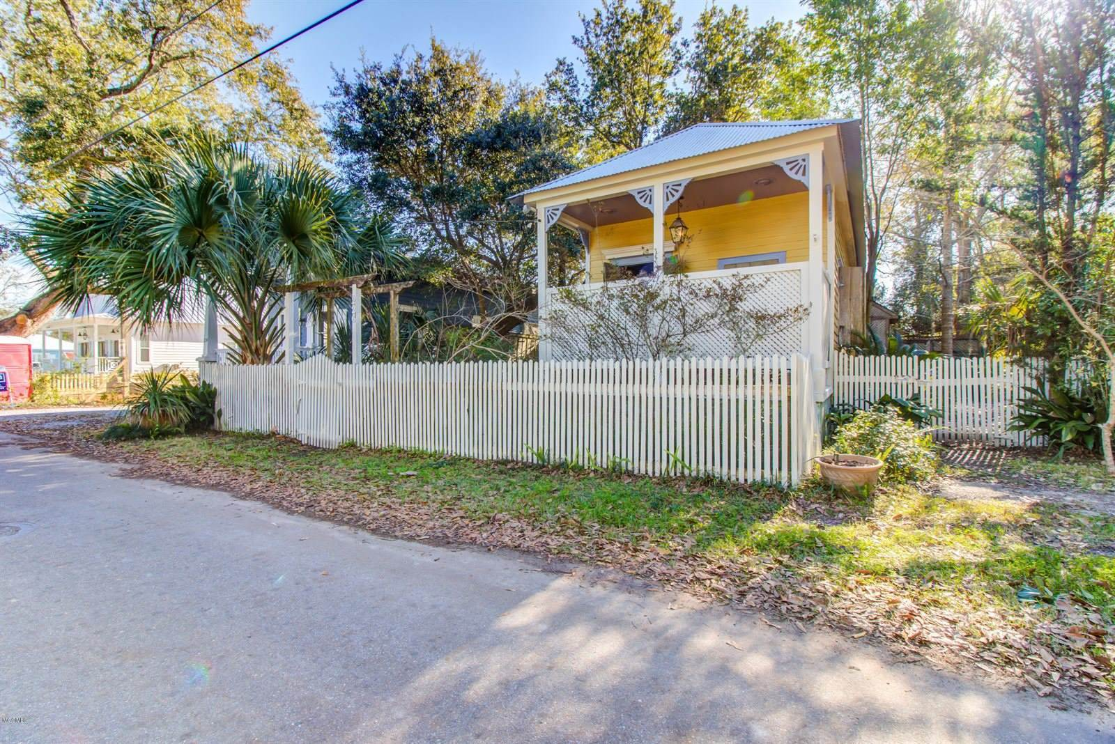 226 Sycamore St, Bay Saint Louis, MS 39520