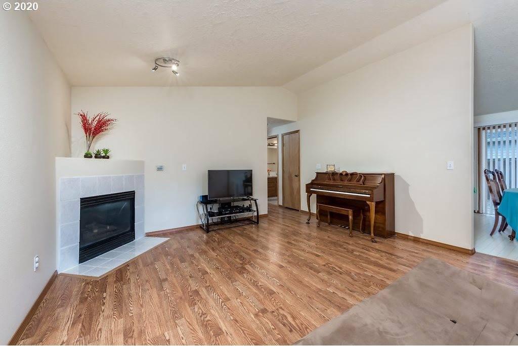 17049 SE Pine St, Portland, OR 97233
