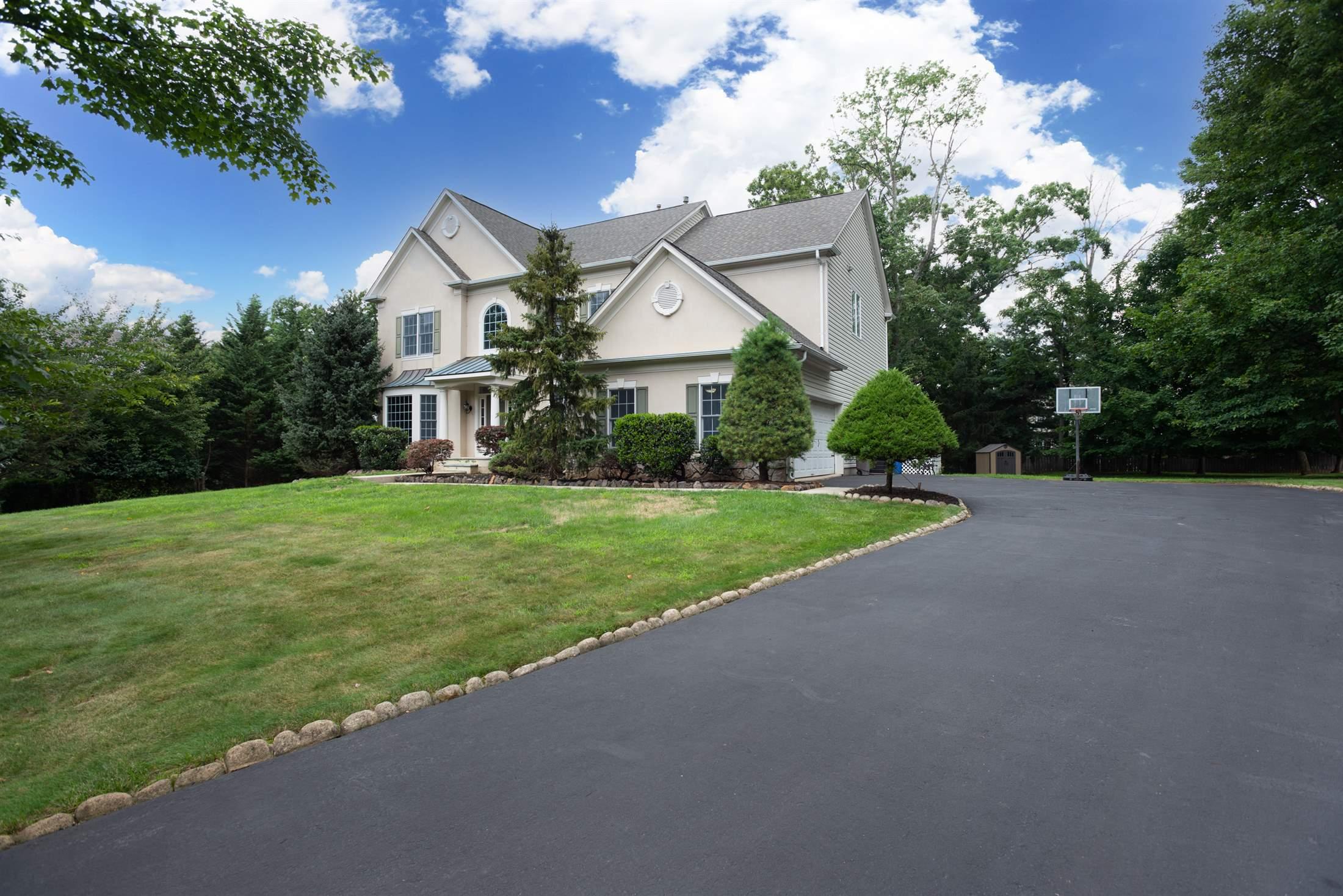 4 Hearthstone Ln, Green Brook Township, NJ 08812