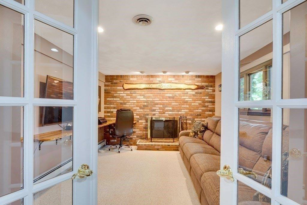 15 Brewster Dr, Norwood, MA 02062