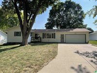 880 Country Club Dr., Akron, IA 51001